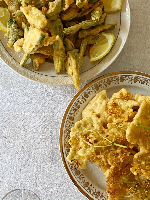 Fritto misto med bønner og squash, og friterte klaser av hylleblomst.