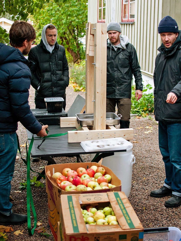 Samlet rundt giljotinen! Fra venstre: Pressesnekker Øyvind Bjørnerud Mo og sidermakerne Christian Tunge, Lars Hvidsten og Eirik Traavik.