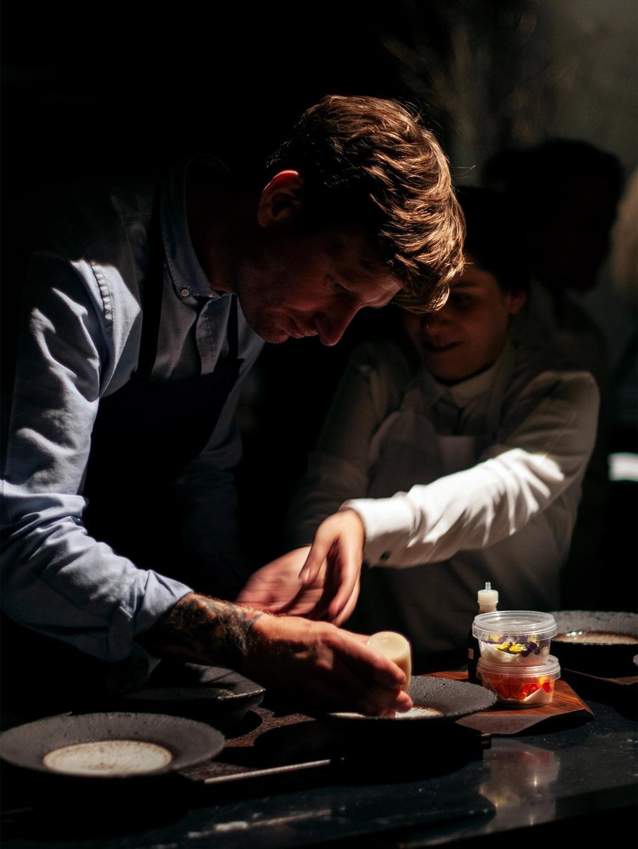 Mange hender, men likevel lite søl. Esben Holmboe Bang anretter i det åpne kjøkkenet i spisesalen.