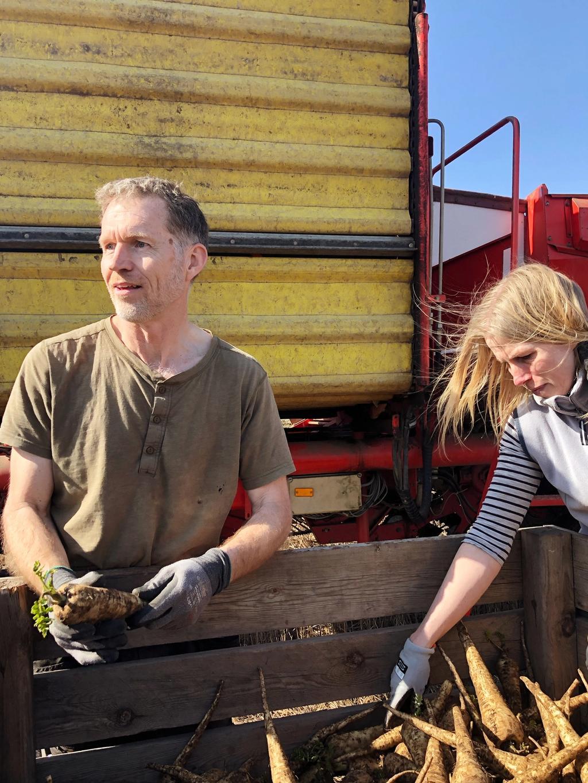 Svein Stene og hans samboer Marit viste oss rundt på gården og fortalte om hvilke verdier de tar med seg som bønder, og utfordringene de møter. Foto: Edona Arnesen