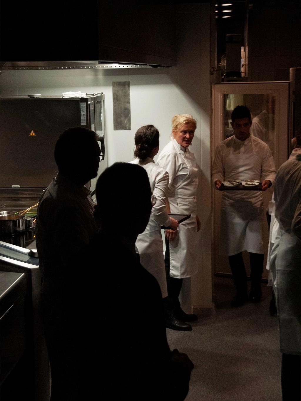 Halvparten av kokkene hadde aldri vært på Maaemo-kjøkkenet før. Heidi Bjerkan hadde tatt med noen av sine soldater fra Credo i Trondheim.