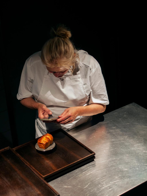 Heidi Bjerkan foreviger det herlige lille brødet dynket i gjæra honning.