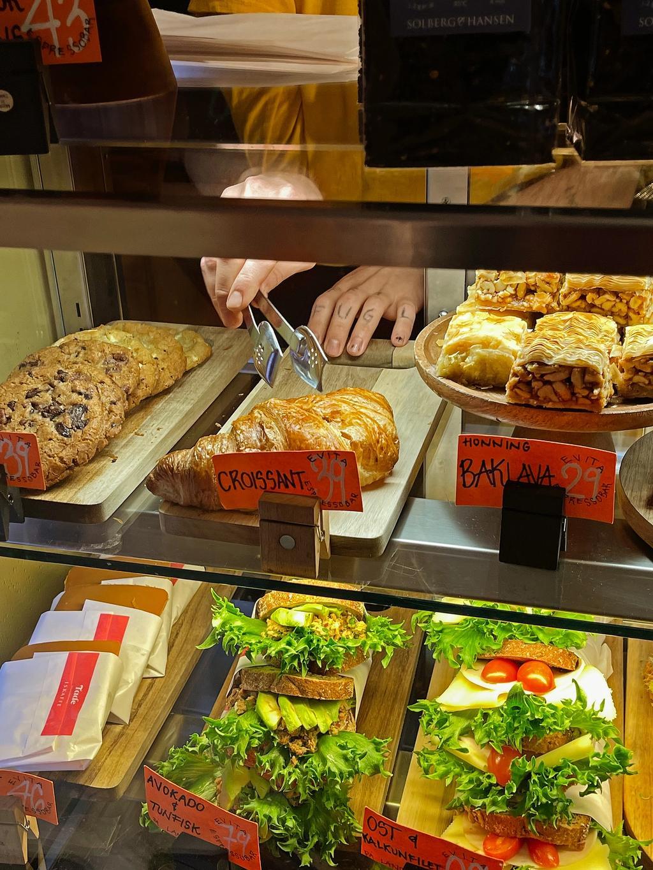 I disken er det smørbrød, bakervarer og hjemmebakte raw cakes – mye vegansk.