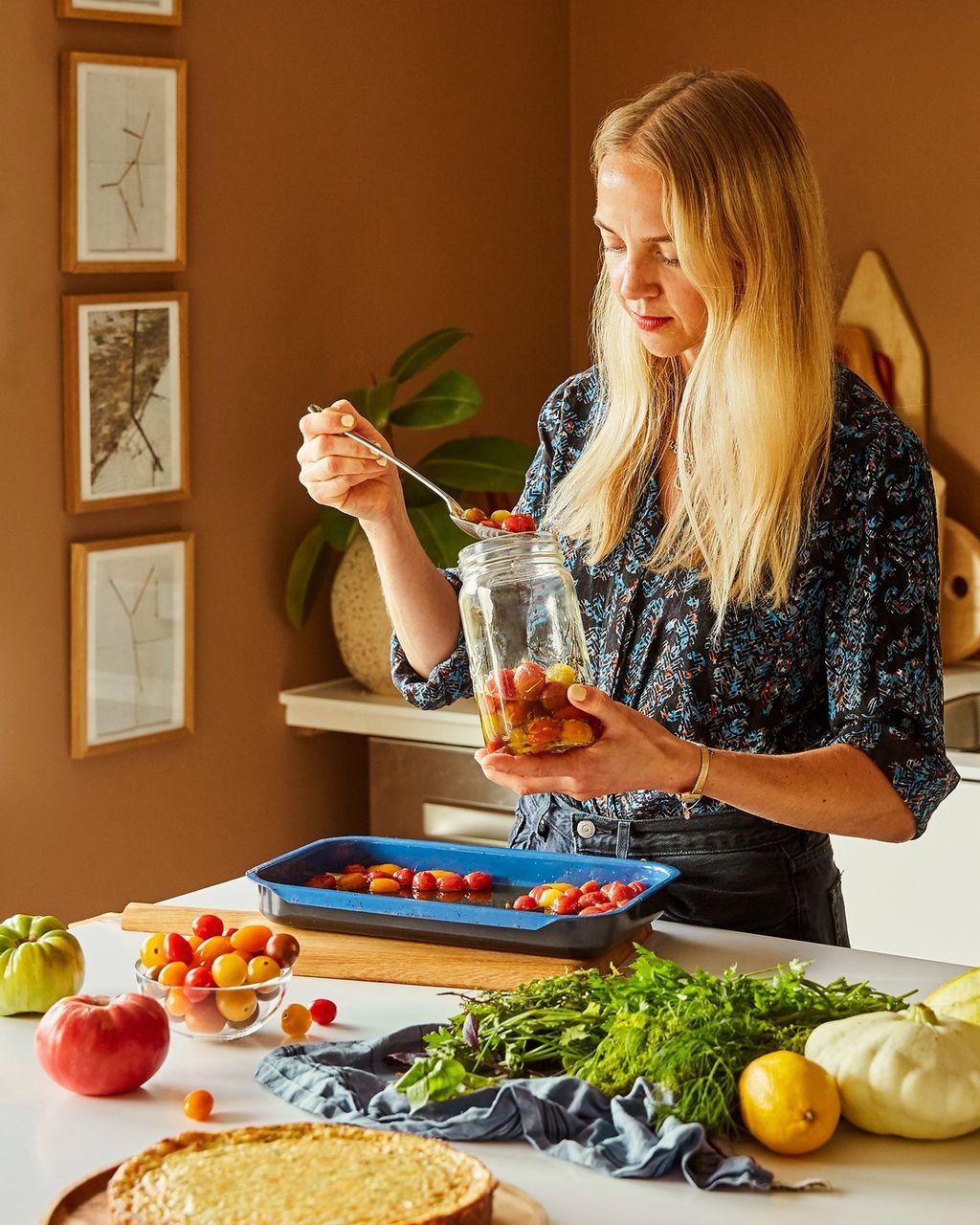 Mette Mortensen er matstylist og oppskriftsutvikler. I jobben sin komponerer hun visuelt sterke retter, med en forkjærlighet for det uperfekte, eksotiske og grafiske.
