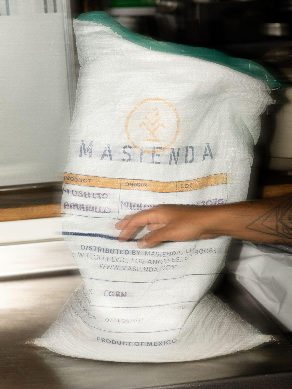 Maisen importeres fra Masienda, et selskap som arbeider med småbønder som dyrker «heirloom corn», nedarvede maissorter som nesten er utryddet på grunn av det industrielle landbruket.