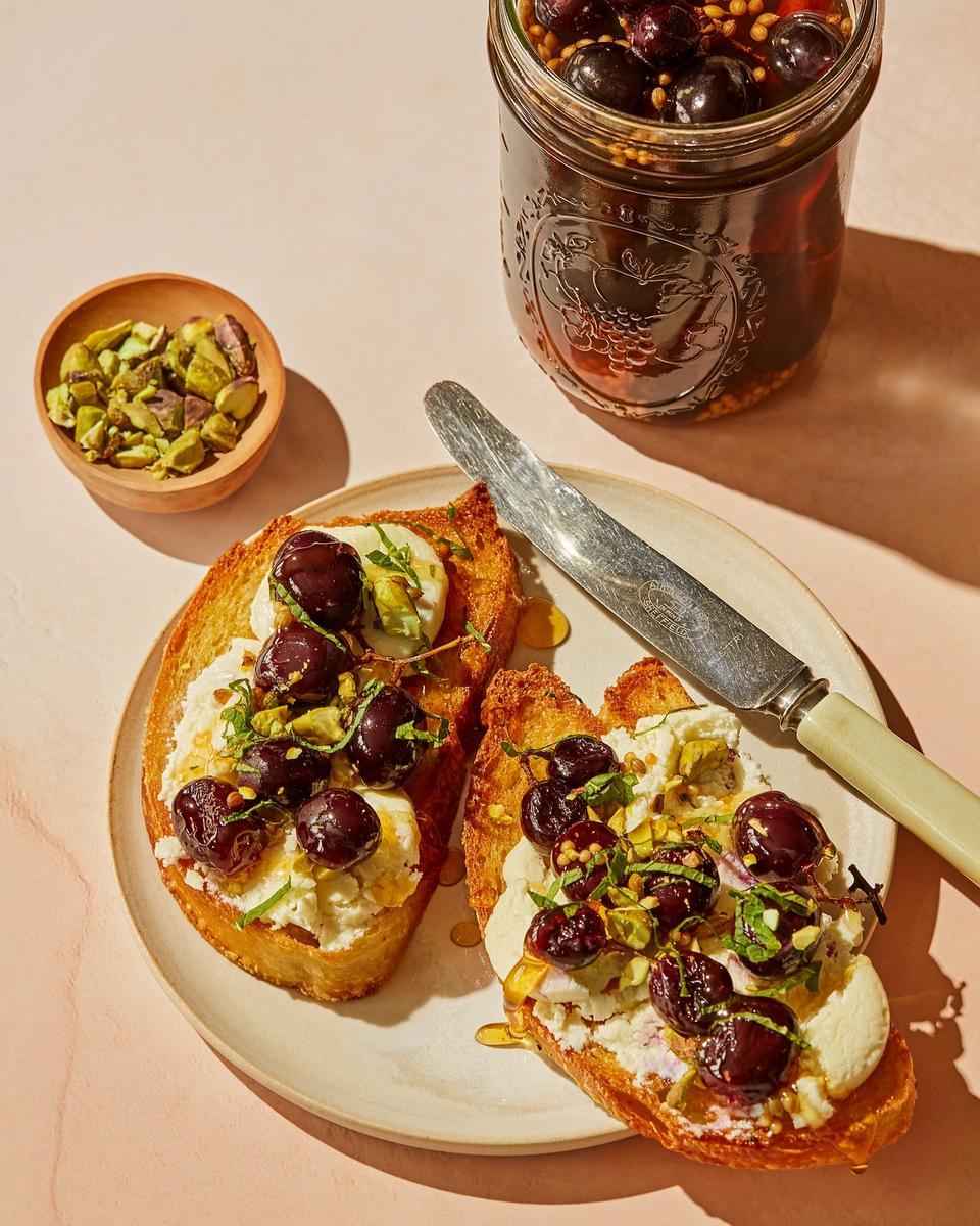 Prøv toast med chèvre og syltede druer