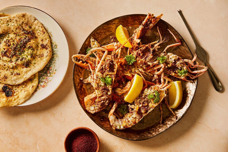 Atli serverer sjøkreps med et hint av Midtøsten
