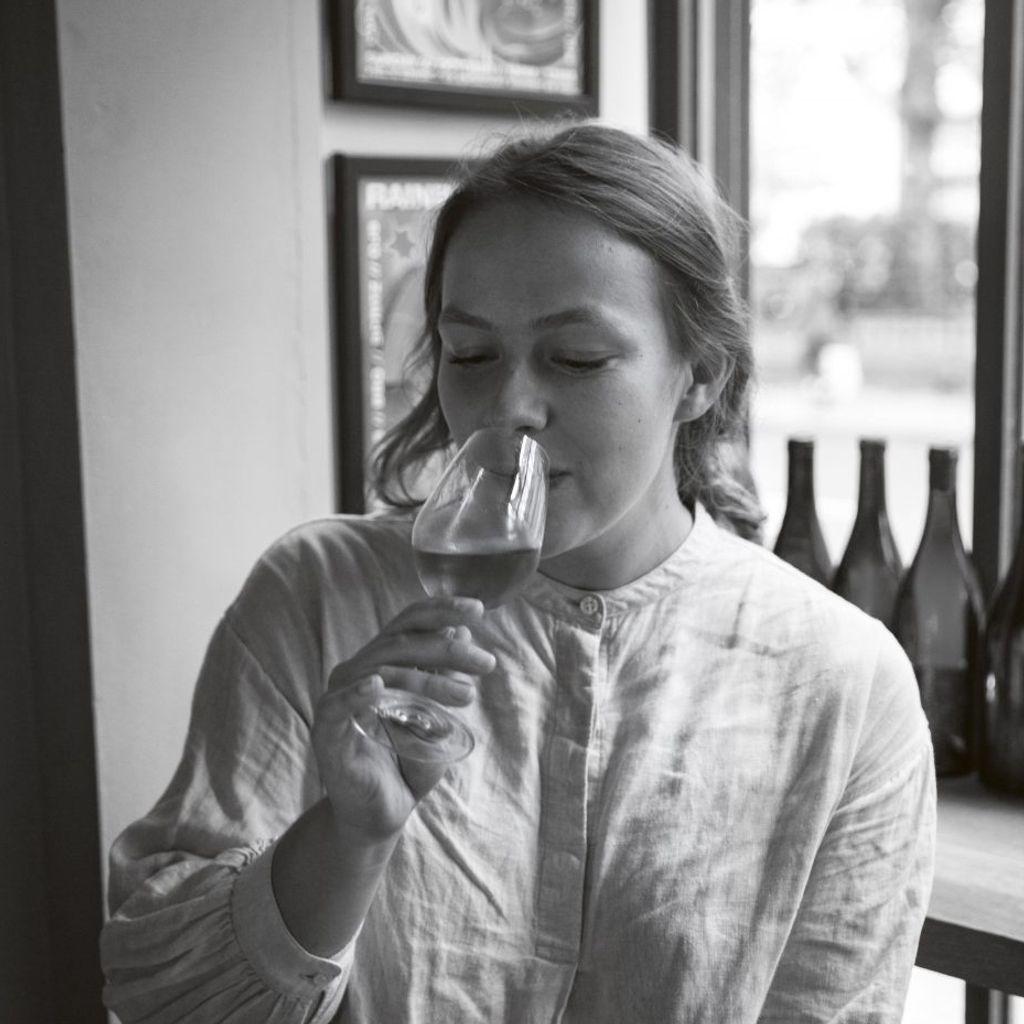 Alisa er interiørdesigner og frilansjournalist, og har tidligere jobbet som vinkelner og i vinimportfirma. Foto: Ingrid Pop