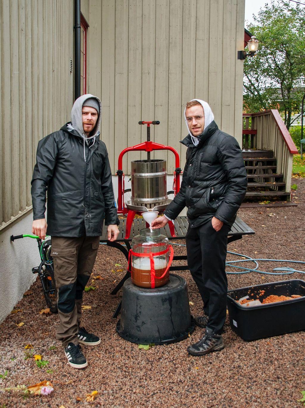 Den uniformerte duoen Lars Hvidsten og Christian Tunge fikk ansvar for stasjonen med den konvensjonelle pressa, av typen man får kjøpt på ølbryggersjappa Bryggselv.