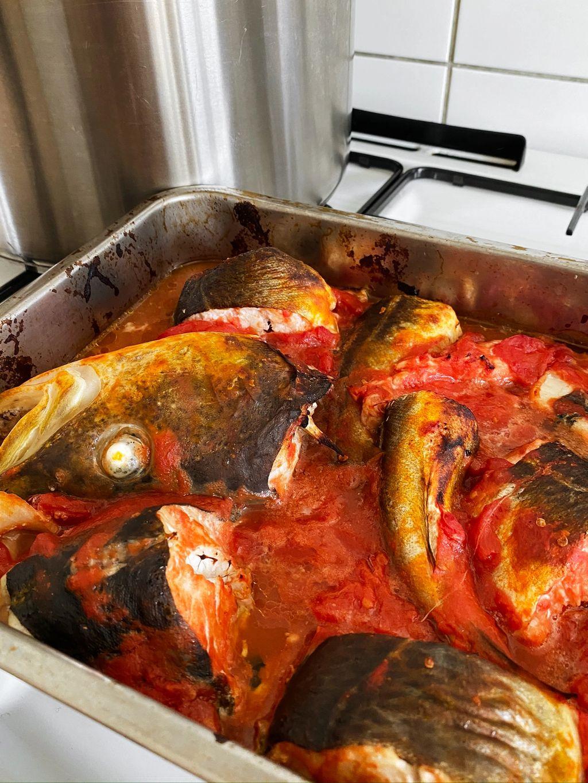Kjøp hoder, skrog og haler hos fiskehandleren – eller bruk en hel fisk.