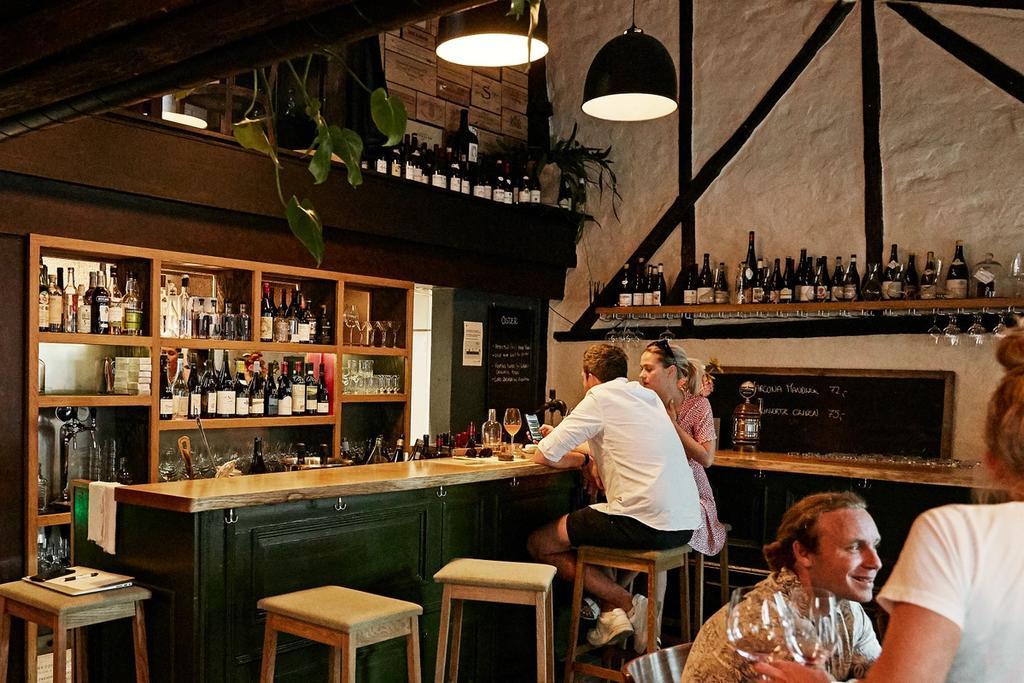 Utvalget på flaske er selvsagt det mest utfyllende, men Nektar har alltid en pen rekke viner tilgjengelig på glass hver kveld. Disse finner man tydelig utstilt bak baren. Her er det stort sett kule og lettdrikkelige viner i det litt lavere prissjiktet.