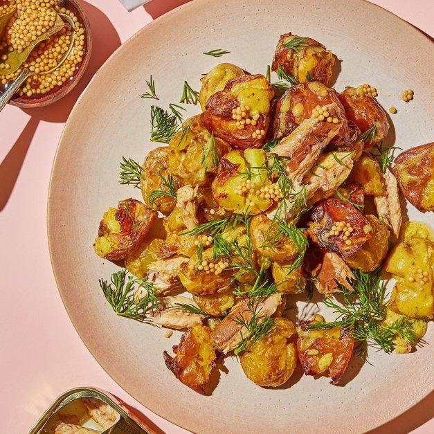 Sprøstekt potetsalat med makrell, syltede sennepsfrø og dill