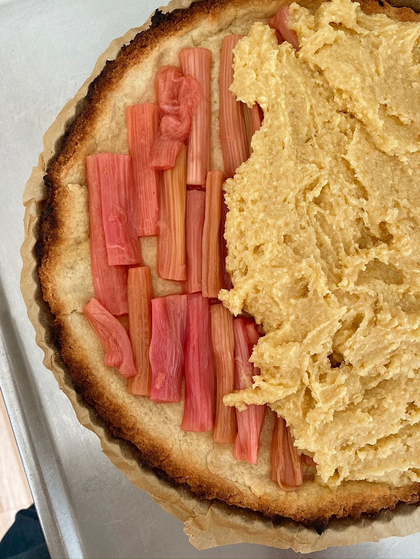 I en Bakewell-terte dekkes frukten med frangipane, et fyll med mandelsmak.