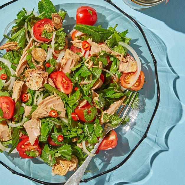 Spicy thai-salat med tunfisk og tomat