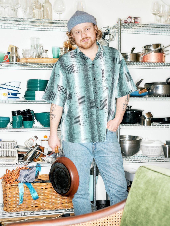 Magnus Viljanmaa Mossige er (uutdanna) kokk og (utdanna) tekstforfatter. Servitør på tacosjappa Breddos på Vulkan i Oslo. I et normalår jobber han også på kafeen og baren Oslovelo.
