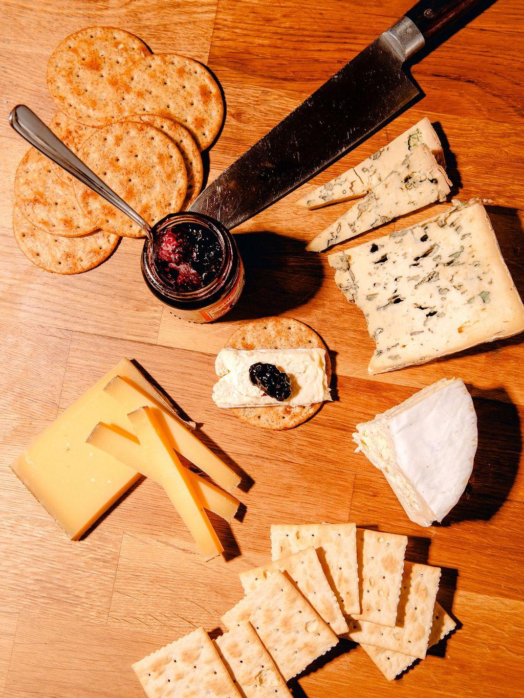 Ost til dessert er enkelt og godt. Mine valg: Bleu d'Auvergne, Brillat Savarin, Comté, og kirsebærsyltetøy.