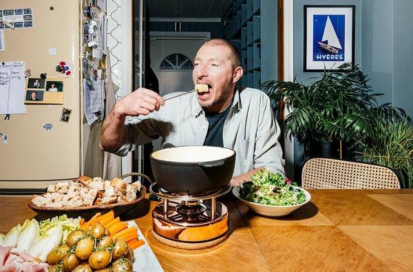 Ove André gleder seg til å servere fondue på Le Benjamin igjen