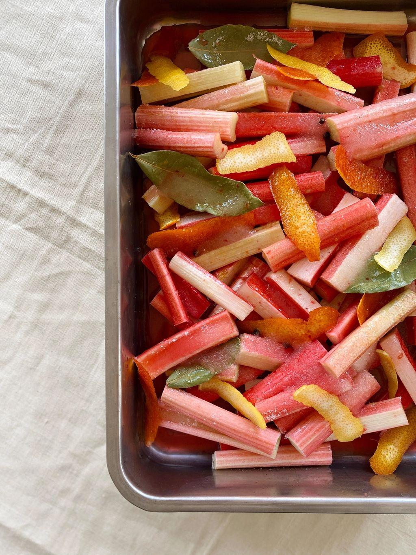 Får man ikke tak i fersk rabarbra, er det bare å bruke fjorårets rabarbra- eller bringebærsyltetøy eller annen syltet søt frukt.