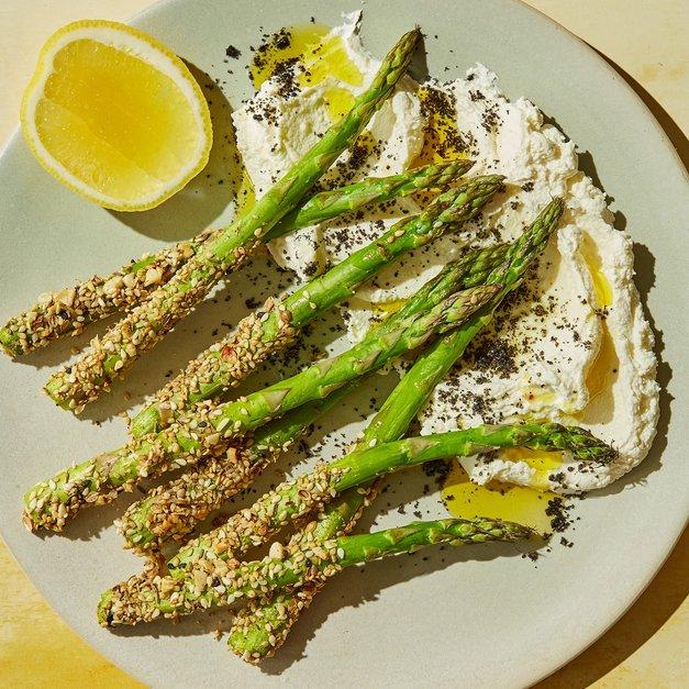 Ovnsbakt asparges med dukkah-skorpe og labneh