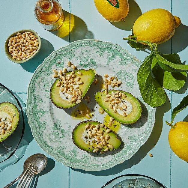 Labneh-fylte avokadoer med krydret, puffet ris
