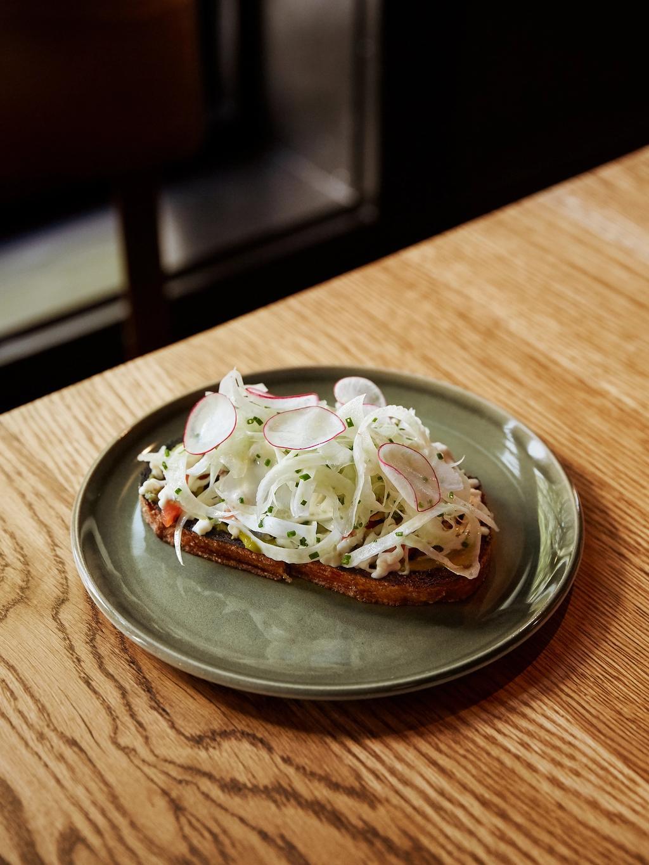 Toast med ansjos og fennikel er en usedvanlig vellykka apetittvekker.