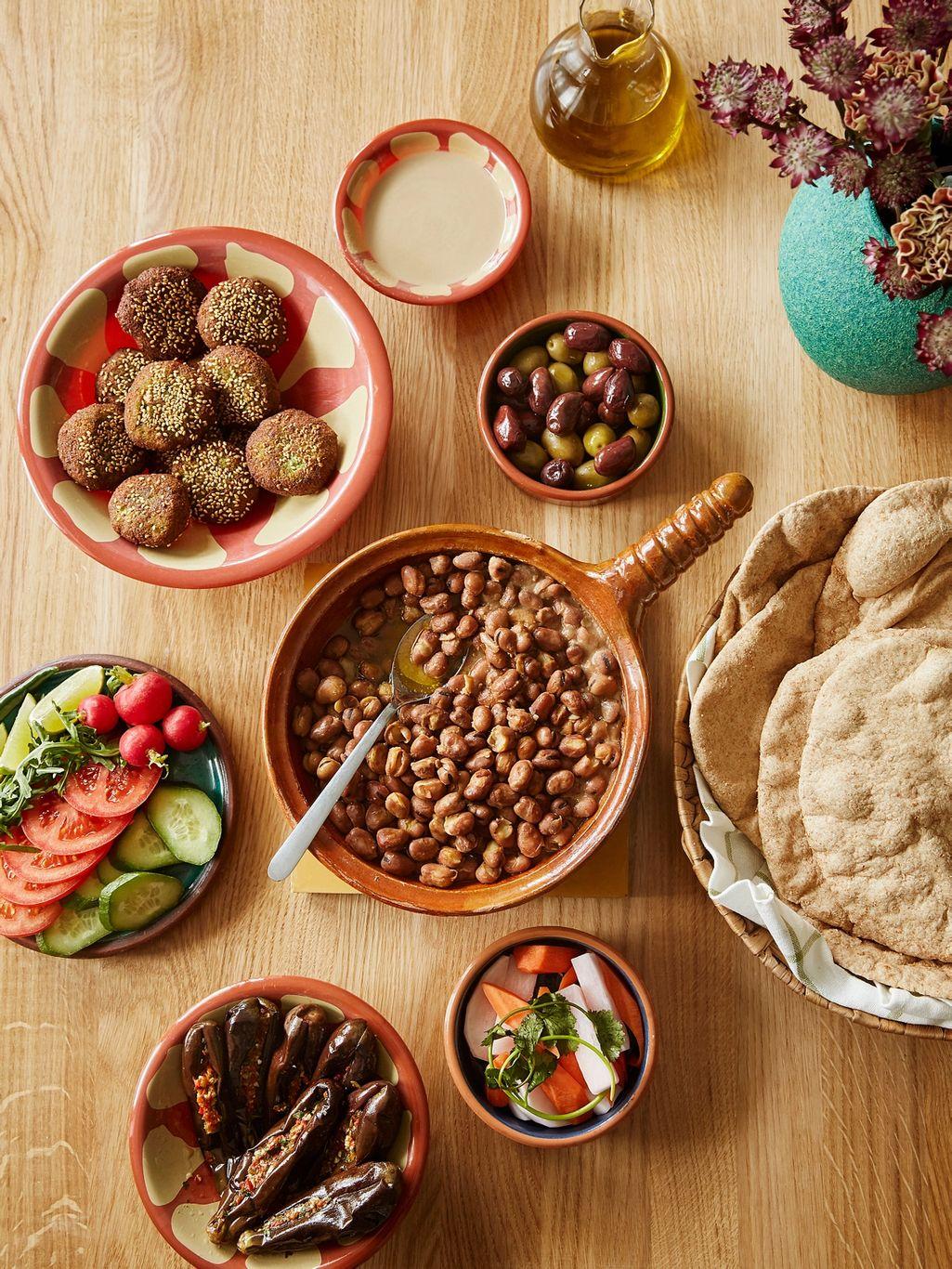 Mariam Kirollos' egyptiske frokost består av falafel, favabønner, lettsyltede aubergine, egyptiske pitabrød, friske grønnsaker og tahini.