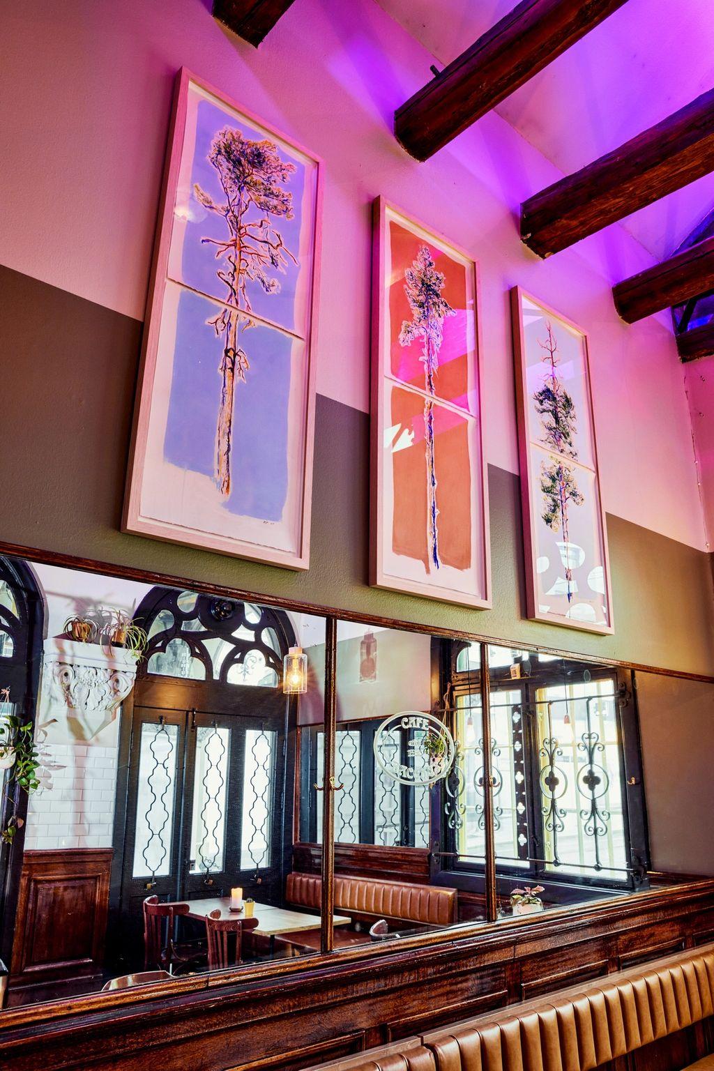 Bodil Drange står for furukunsten som pryder veggene i det nye lokalet.
