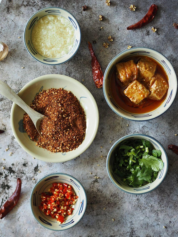 Det er dippene som er det karakteristiske med grilling i Yunnan. Her er en aromatisk tørrdip og en umamirik dip med fermentert tofu.
