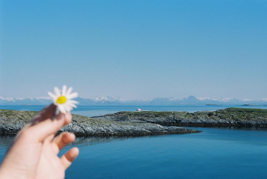 Det lille øysamfunnet ligger 32 kilometer fra fastlandet.