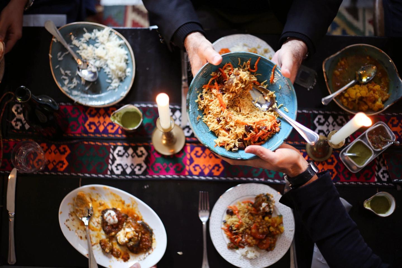 Å spise afghansk i krigshaukenes by