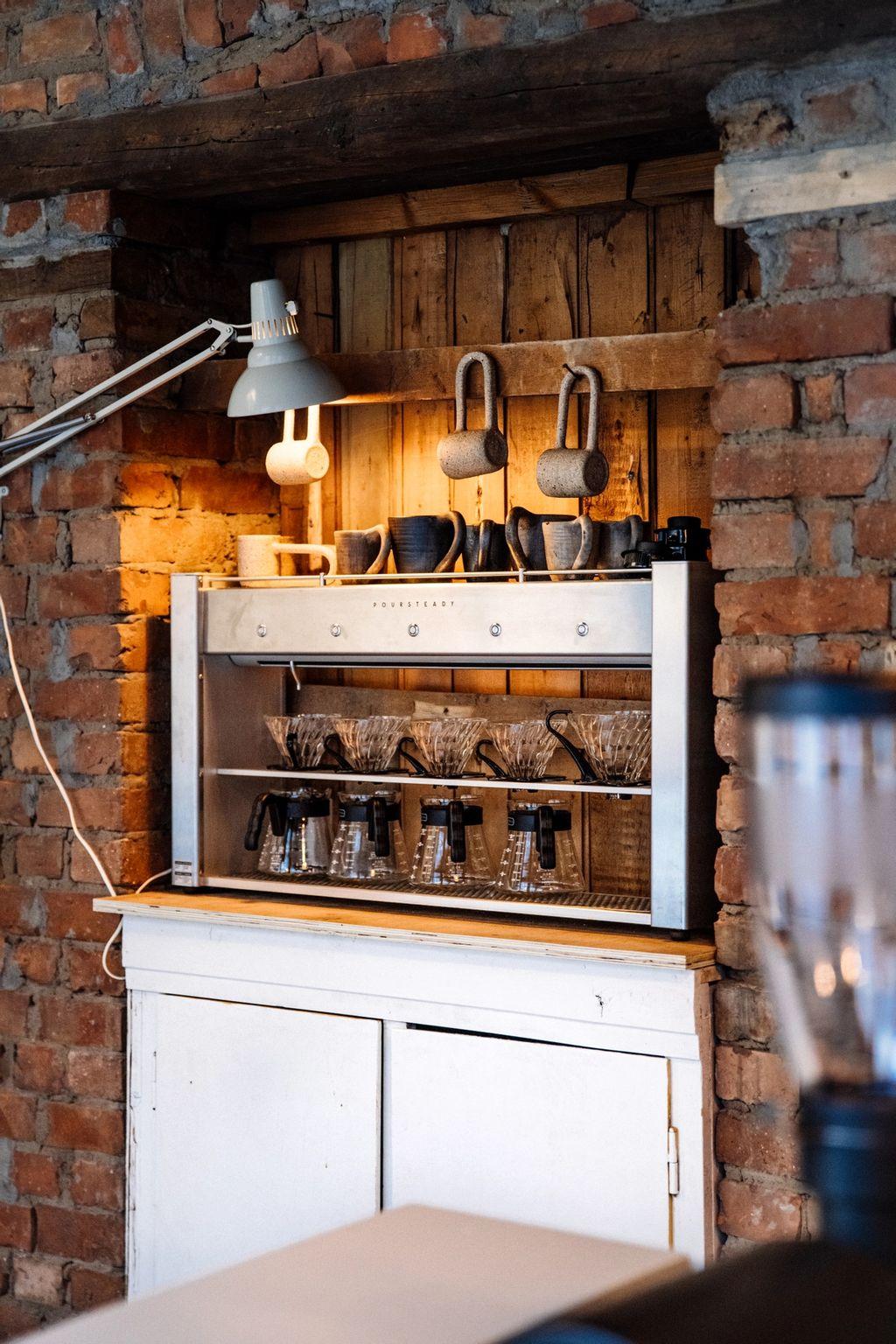 Kaffemaskina kan brygge fem V60-kolber med Tim Wendelboe-kaffe samtidig.