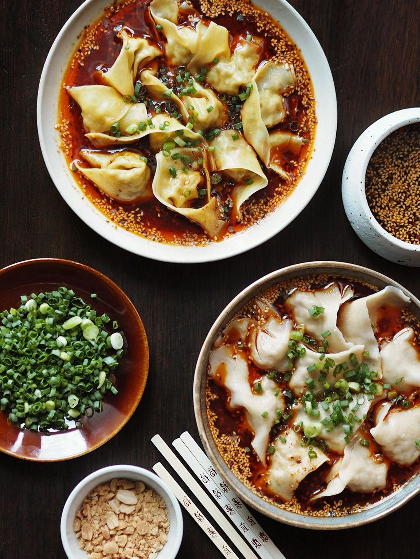 Michelle Zhao lager en spalte med retter fra Kina. Først ut er wontons med sichuanpepper og chiliolje. Foto: Michelle Zhao
