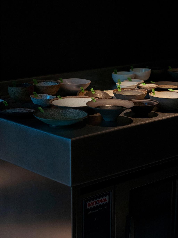 En palett av servise på testkjøkkenet.