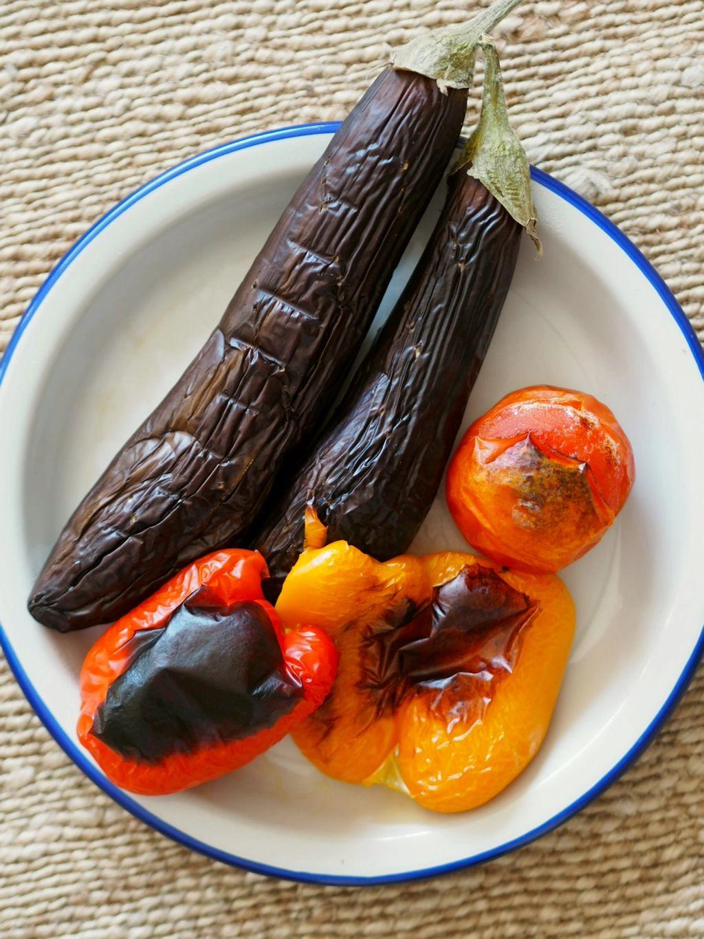 Ring inn våren med denne friske og sterke grillede aubergine-salaten fra Yunnan.