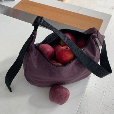peppercorn medium nylon crescent bag filled with apples