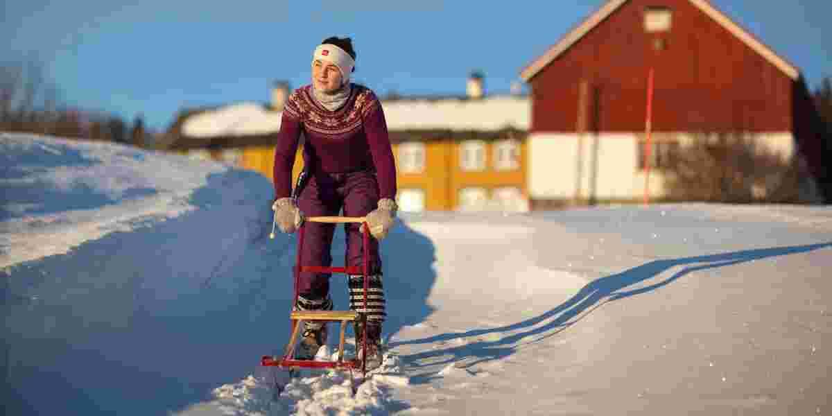 Jente med spark på snøen