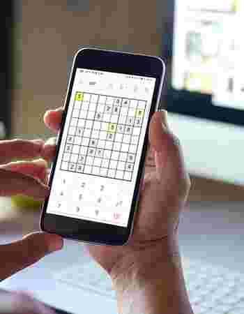 Løser digital sudoku på mobil