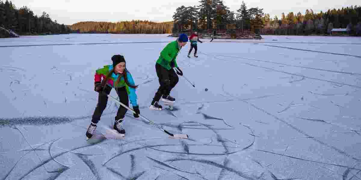 Ungdommer som spiller Hockey på isen