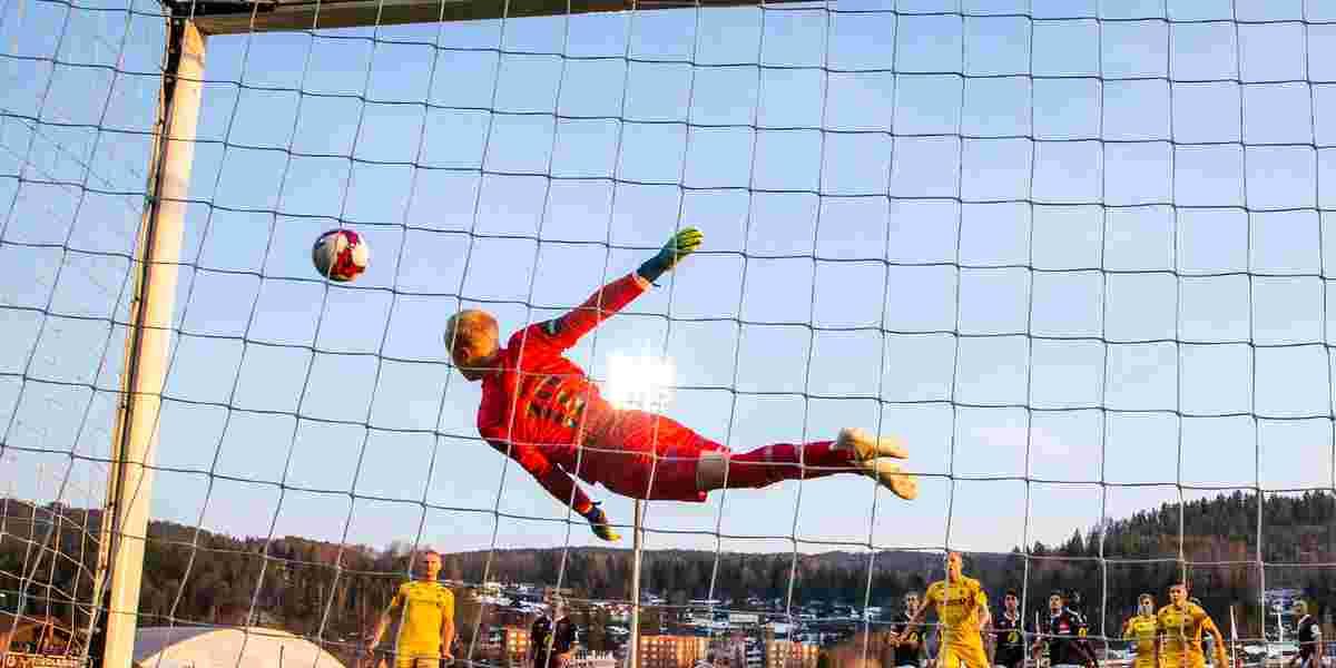 Keeper slenger seg etter fotball mot mål