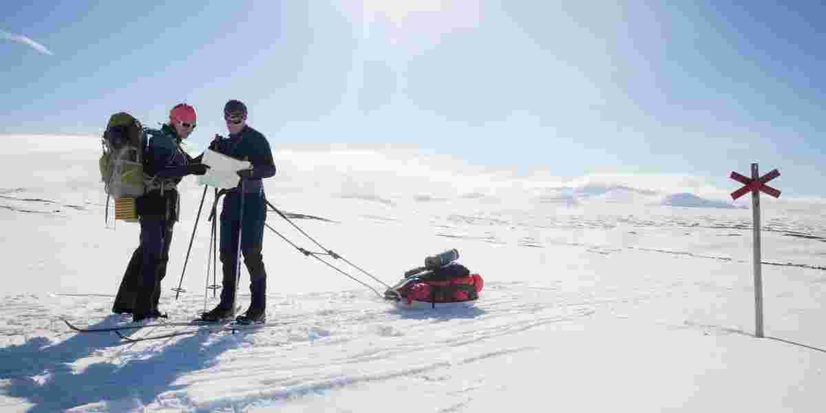 Ser på kart på skitur med pult