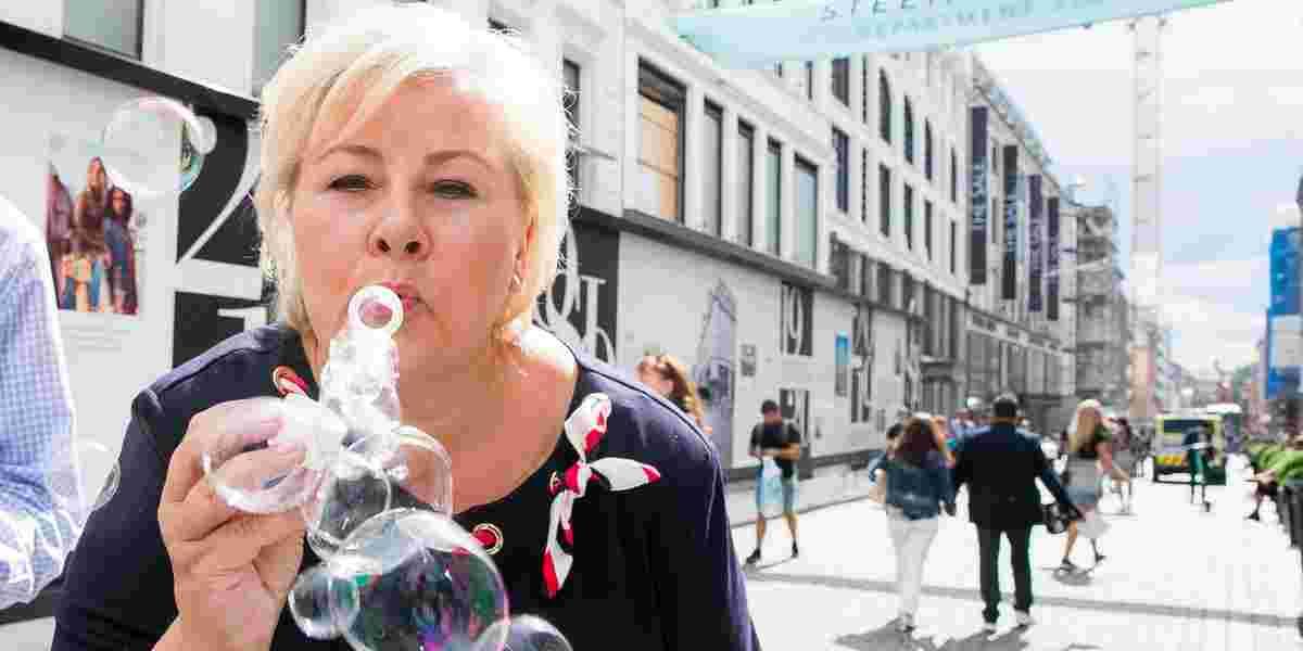 Sefie og såpebobler da statsminister Erna Solberg (H) møtte velgerne i Oslos gater.