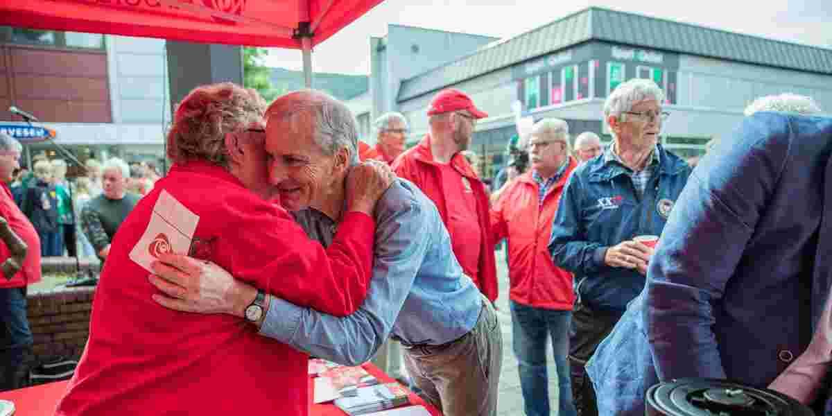 AP-leder Jonas Gahr Støre hilser på Bjørg Simonsen under besøket til Mo i Rana i Nordland i forbindelse med kommunestyre- og fylkestingsvalget 2019.