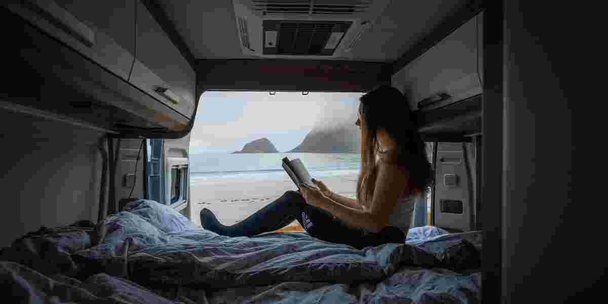 Dame i campingbil i Lofoten