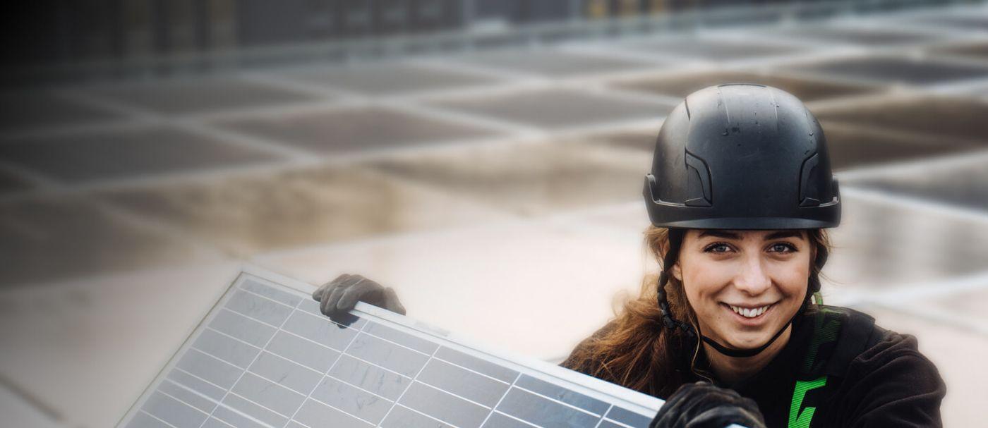 Svea Solar - Installer on roof