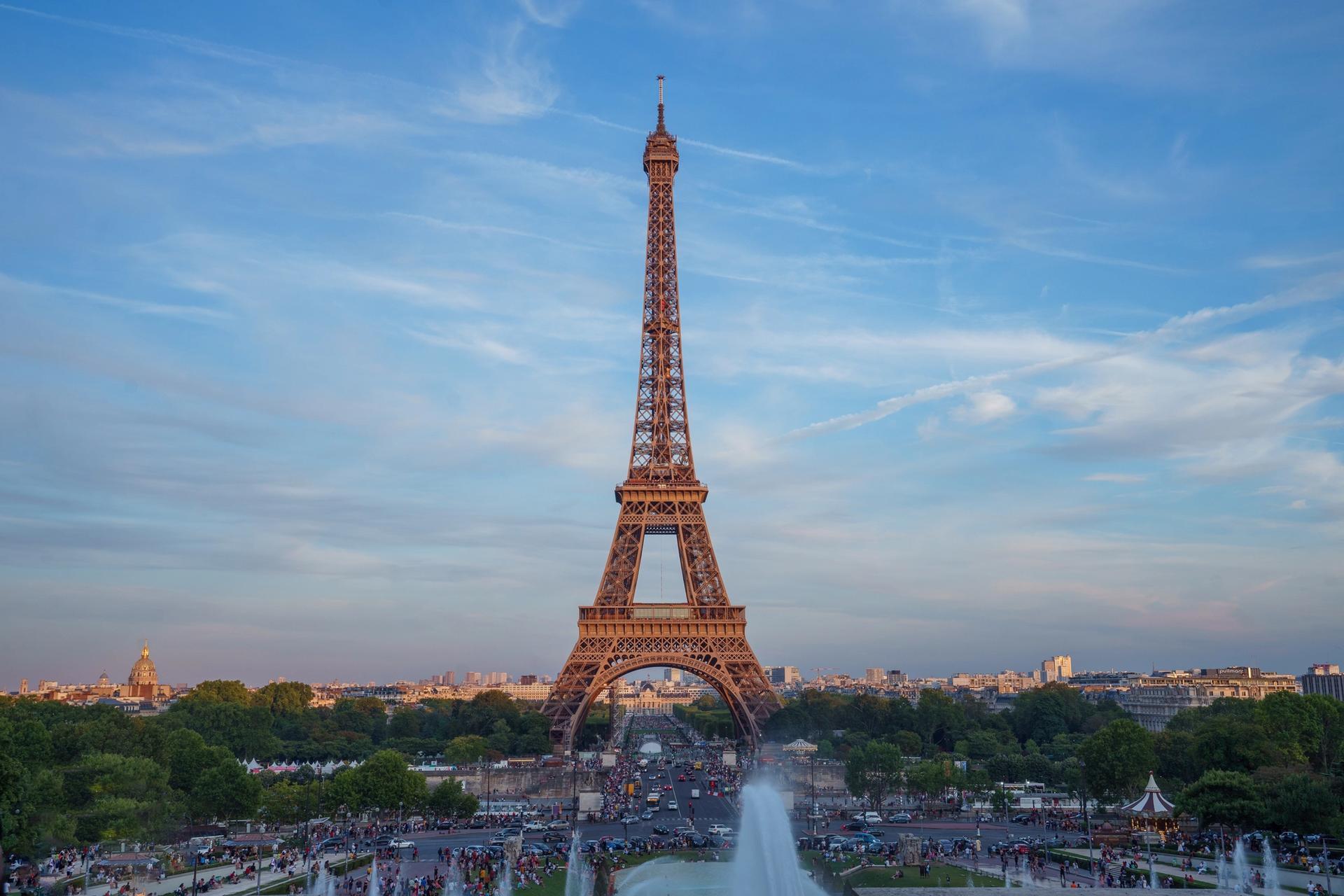 Der Eifelturm in Paris, der sich für erneuerbare Energie einsetzt