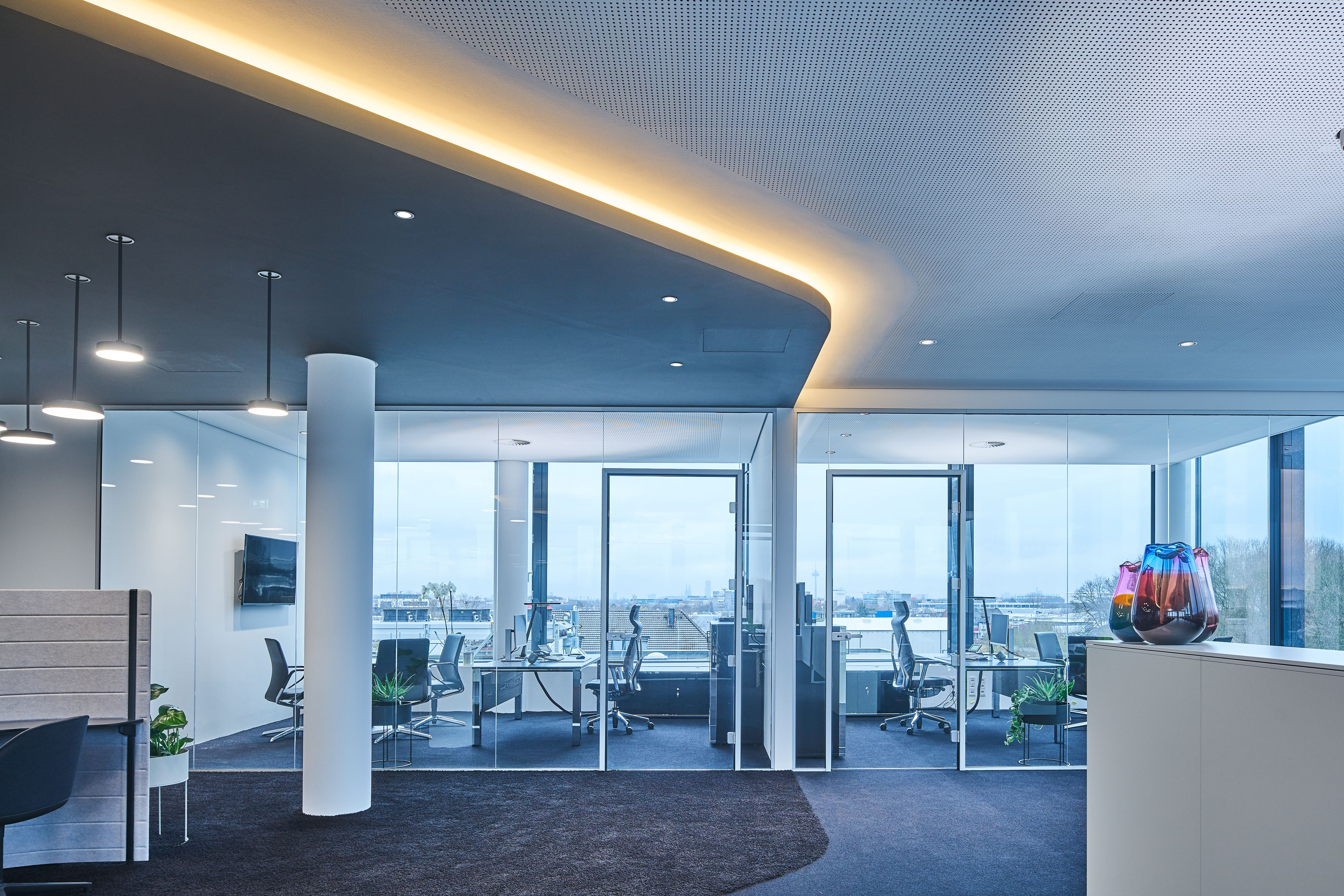 The upper floors of the building house the company's office spaces as well as exhibition areas for Trilux products and is therefore an essential part of the company's own competence center, which already partially existed on the site.