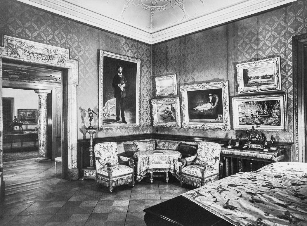 Salon mit Gemälden u.a. von Edouard Manet, Alfed Sisley und Claude Monet © Archiv Arnhold-Nachfahren