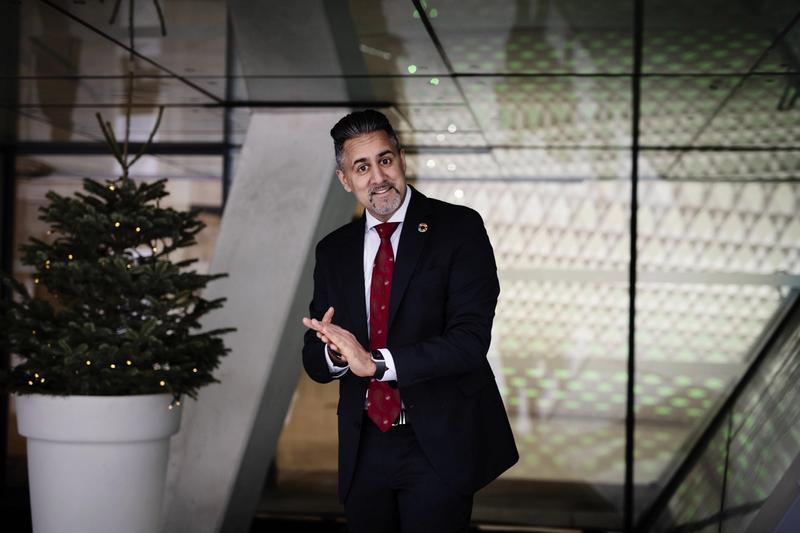 DELER UT: Kulturminister Abid Q. Raja forsvarer overfor VG «hver eneste krone» regjeringen har brukt på krisestøtte til kulturen. FOTO: SIV DOLMEN