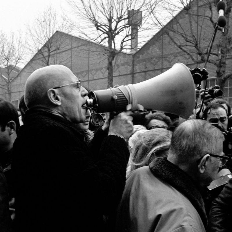 AKTIVIST: Den franske historikeren og teoretikeren Michel Foucault gikk ofte fra skrivebordet og ut i gatene. Her fra en protest utenfor Renault-fabrikken i Boulogne-Billancourt i 1972. Filosof Arne Johan Vetlesen mener Foucault bidro til å svekke statlige institusjoner. FOTO: JOSEE LORENZO, INA/GETTY
