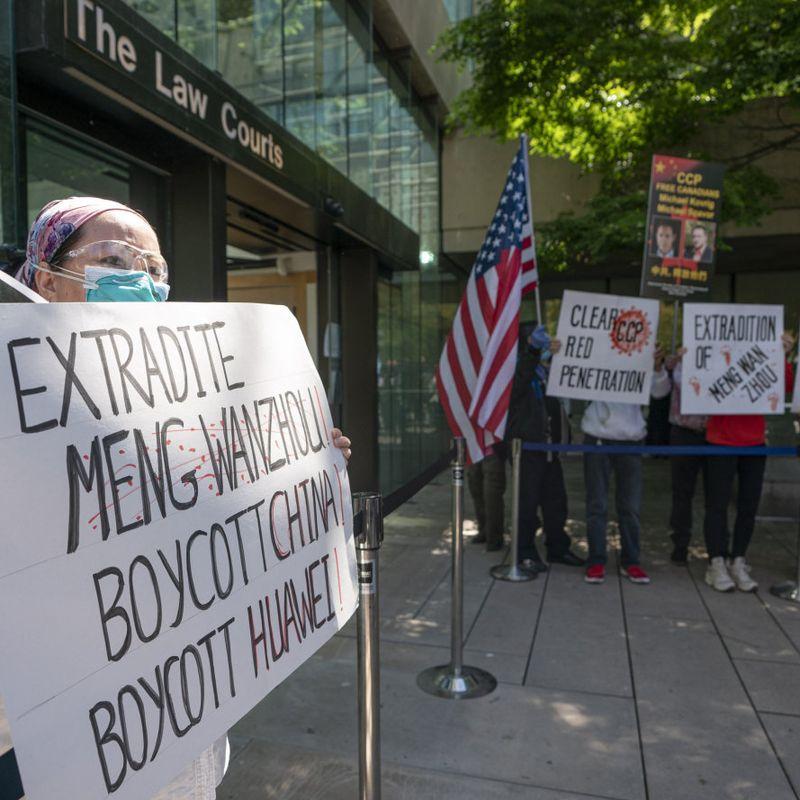 ANSIKTSLØST: Demonstranter i Canada krever utlevering av Meng Wanzhou, økonomisjefen i det kinesiske telekomselskapet Huawei, som ble arrestert i 2018.  © FOTO: RICH LAM, AFP/NTB SCANPIX